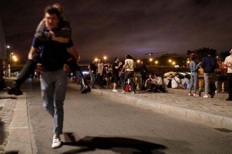 Des jeunes faisant la fête sur les quais de Seine, au niveau des Invalides