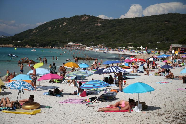 Des vacanciers profitent de la mer et du soleil le 14 août 2020 en Corse. (Illustration)