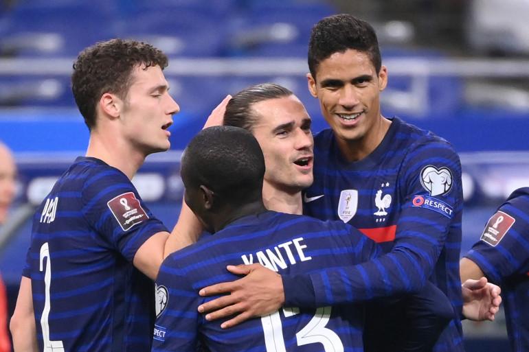 L'attaquant français Antoine Griezmann est félicité par ses coéquipiers après avoir marqué un but lors du match contre l'Ukraine au Stade de France à Saint-Denis, le 24 mars 2021. (Illustration)