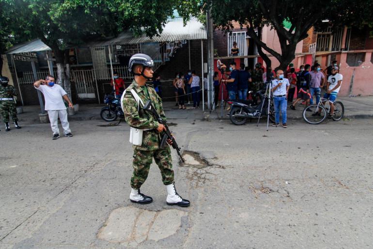Un soldat monte la garde près d'une unité militaire à Cucuta, en Colombie, le 15 juin 2021. Un véhicule a explosé sur une unité militaire dans le nord-est de la Colombie.