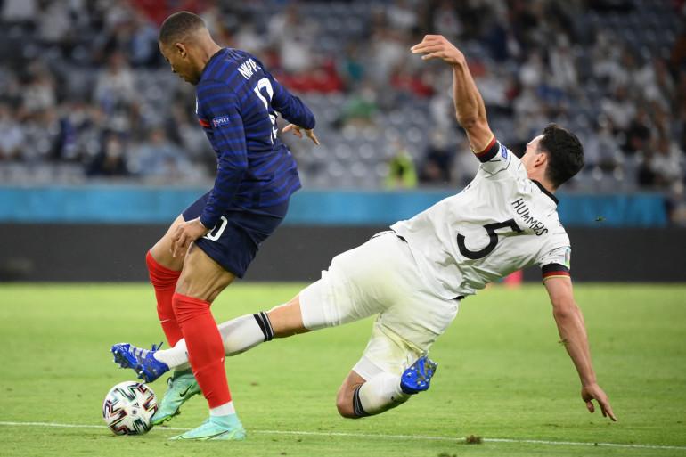 Le défenseur allemand Mats Hummels à la lutte avec Kylian Mbappé, le 15 juin 2021 lors de la victoire française contre l'Allemagne à Munich (1-0).