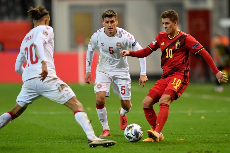 Le Belge Thorgan Hazard  face aux Danois Joakim Maehle et Yussuf Poulsen le 18 novembre 2020 à Louvain
