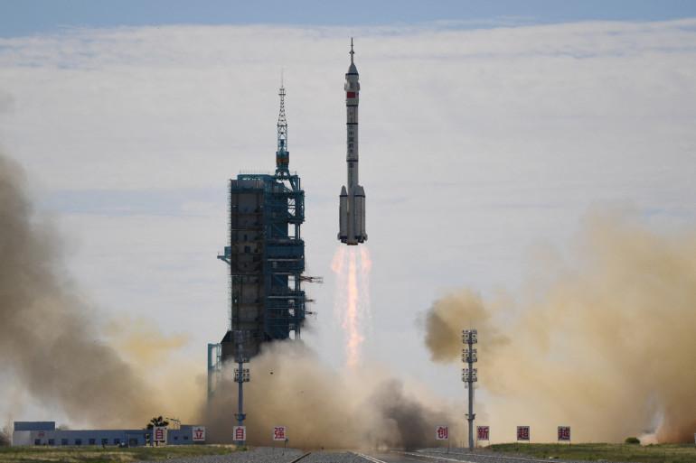 La fusée Longue Marche-2F, transportant le vaisseau spatial Shenzhou-12 et un équipage de trois astronautes, décolle du centre de lancement de satellites de Jiuquan dans le désert de Gobi, dans le nord-ouest de la Chine, le 17 juin 2021.
