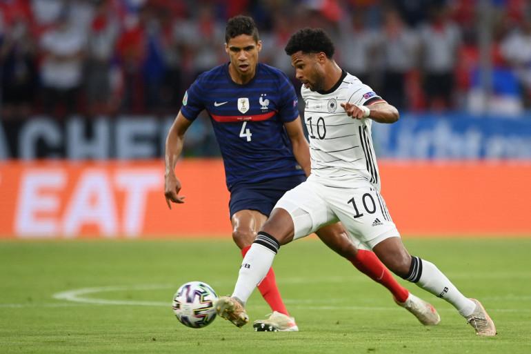 Raphaël Varane à la lutte avec Serge Gnabry le 15 juin 2021 à Munich