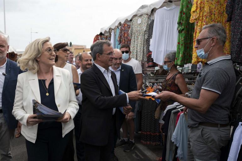 Marine Le Pen tracte pour Thierry Mariani à Six-Four-les-Plages dans le Var le 17 juin 2021
