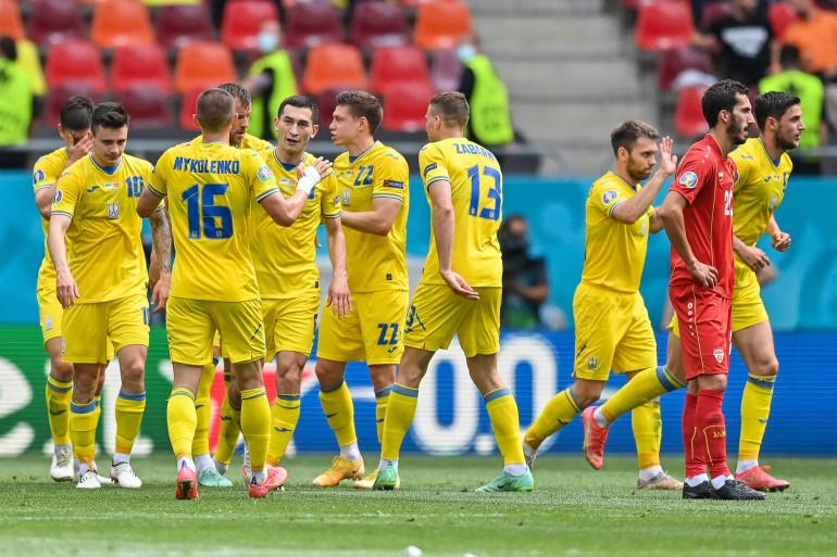 Les Ukrainiens se congratulent après l'ouverture du score le 17 juin 2021 à Bucarest