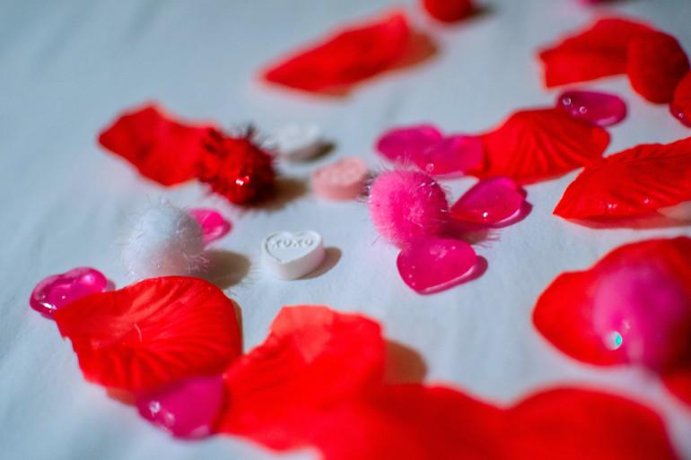 Des pétales de rose sur un lit (illustration).