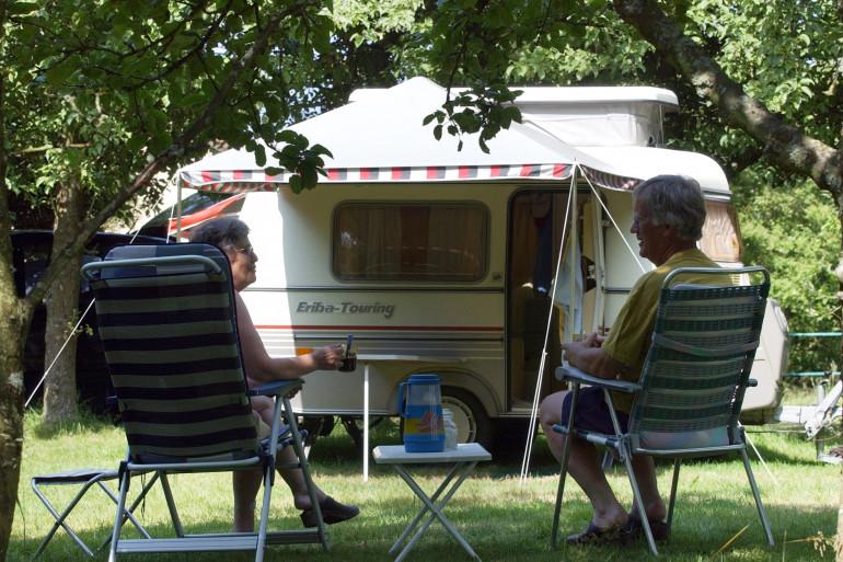 Un couple dans un camping.