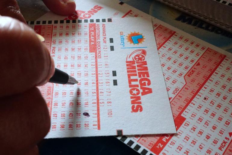 Un joueur remplit une grille de la loterie américaine Mega Millions (illustration)