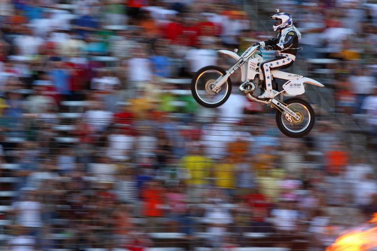 Un pilote effectuant un saut à moto (illustration)