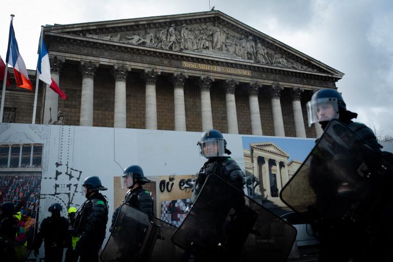 """Des policiers devant l'Assemblée nationale durant une manifestation de """"gilets jaunes"""""""