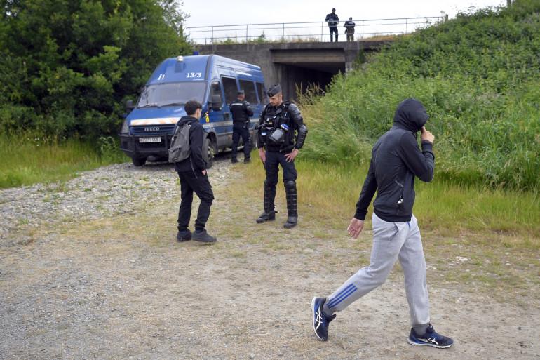 Des gendarmes aux abords d'une rave party illégale en Ille-et-Vilaine, le 19 juin 2021.