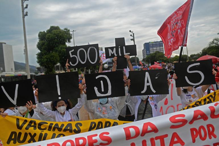 """""""500.000 vies"""", des manifestants anti-Bolsonaro accusent le dirigeant brésilien d'être responsable de cette hécatombe"""