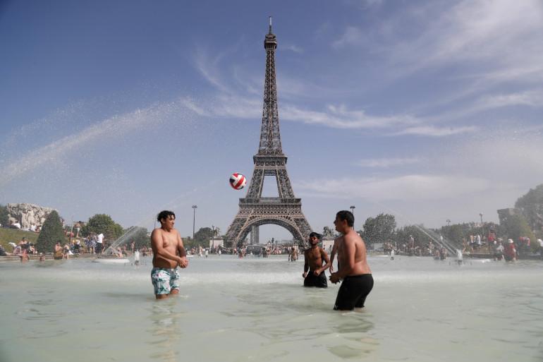 Des Parisiens profitent de la chaleur (illustration)