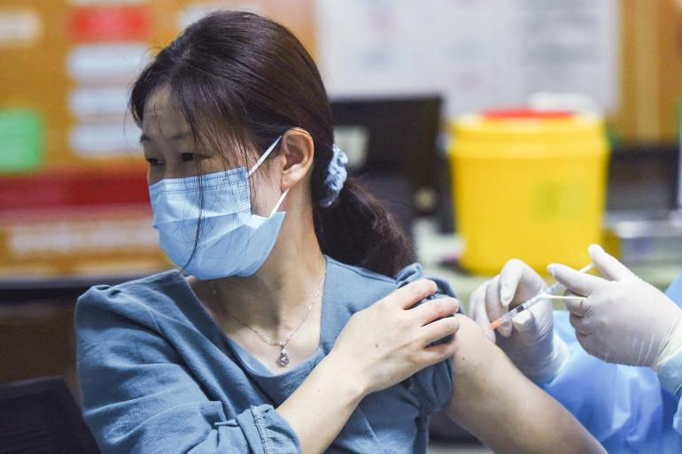 Une femme reçoit un vaccin Sinovac en Chine