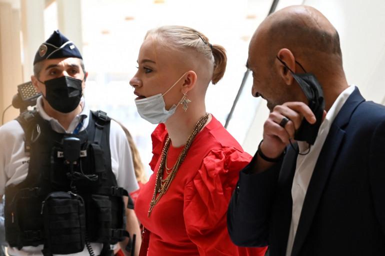 Mila aux côtés de son avocat