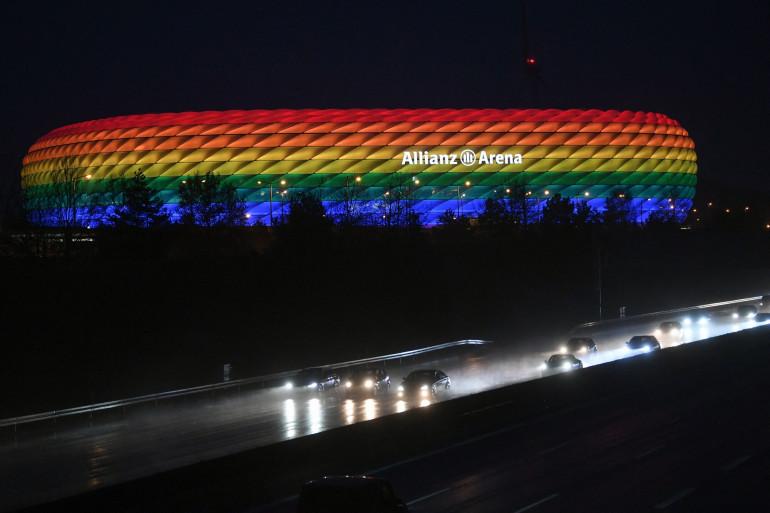 L'Allianz Arena à Munich, illuminé aux couleurs de l'arc-en-ciel le 30 janvier 2021