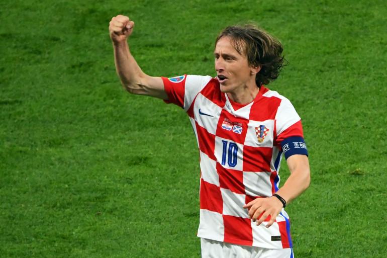 Le milieu de terrain croate Luka Modric célèbre la victoire de l'équipe croate face l'Écosse à Hampden Park, Glasgow le 22 juin 2021.