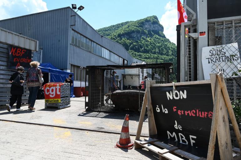 Des travailleurs protestaient contre le risque d'un plan social à l'entrée de l'usine de fonderie d'aluminium MBF à Saint-Claude, le 10 juin 2021.