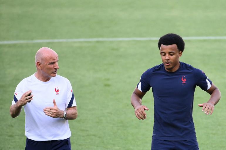 Jules Koundé (à droite) avec l'entraîneur adjoint de l'équipe de France, Guy Stéphan.
