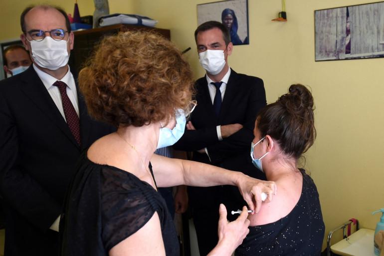 Le Premier ministre Jean Castex et le ministre de la Santé Français Olivier Véran visitent un centre de vaccination à Mont-de-Marsan, dans le sud-ouest de la France, le 24 juin 2021.