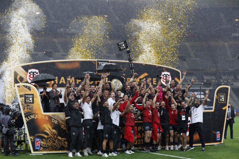 Les joueurs toulousains célébrant leur victoire à l'issue de la finale du championnat de France de rugby contre La Rochelle au Stade de France, le 25 juin 2021.