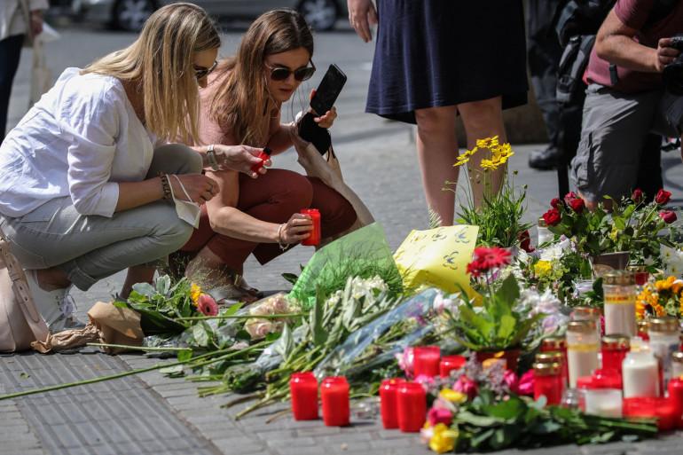 Des habitants de Wurtzbourg rendent hommage aux victimes après l'attaque au couteau perpétuée vendredi 25 juin 2021 en Allemagne.