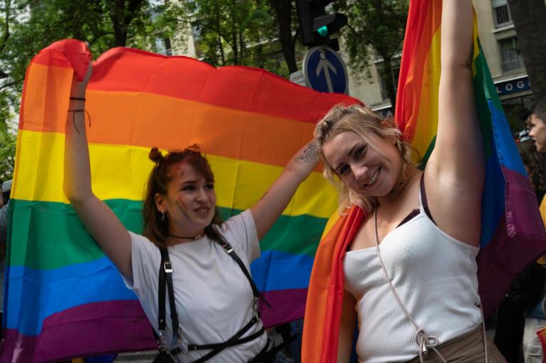 De jeunes manifestantes à la Marche des fiertés 2021, le 27 juin 2021 à Paris