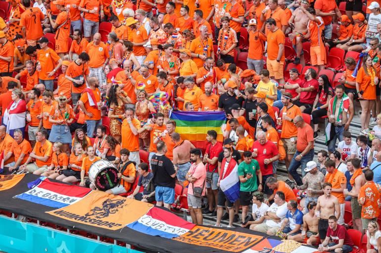 Un drapeau LGBT dans la tribune néerlandaise lors des huitièmes de finale opposant les Pays-Bas à la République Tchèque le 27 juin à Budapest (Hongrie).