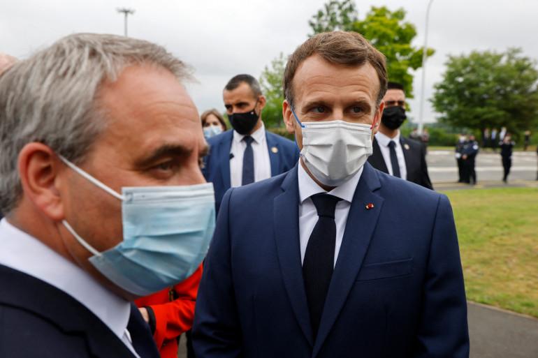 Emmanuel Macron et Xavier Bertrand le 28 juin 2021 à Douai.