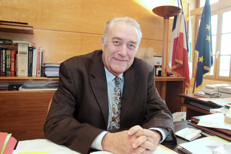 Jean-Paul Bachy, président (PS) du Conseil régional de Champagne-Ardennes, est photographié le 04 février 2010 dans son bureau à Châlons-en-Champagne.