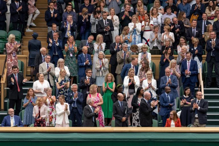Ovation du public du tournoi de Wimbledon pour l'une des créatrices du vaccin AstraZeneca, Sarah Gilbert.