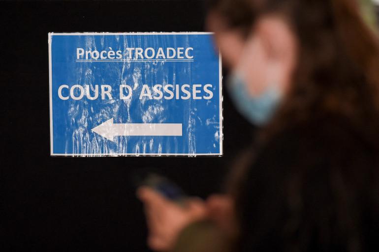 """Un panneau indiquant le chemin vers la cour d'assises au deuxième jour du procès de l'affaire dite """"Troadec"""" (image d'illustration)"""