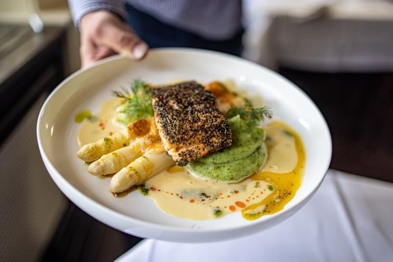 Des asperges blanches avec un poisson pour un repas équilibré