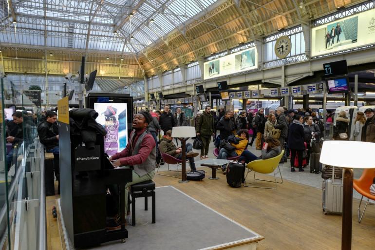 Un homme jouant du piano à la Gare de Lyon à Paris le 15 février 2018 (illustration).