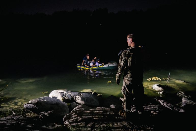 Un membre de la National Guard contrôle des migrants traversant le Rio Grande, le 19 juin 2021