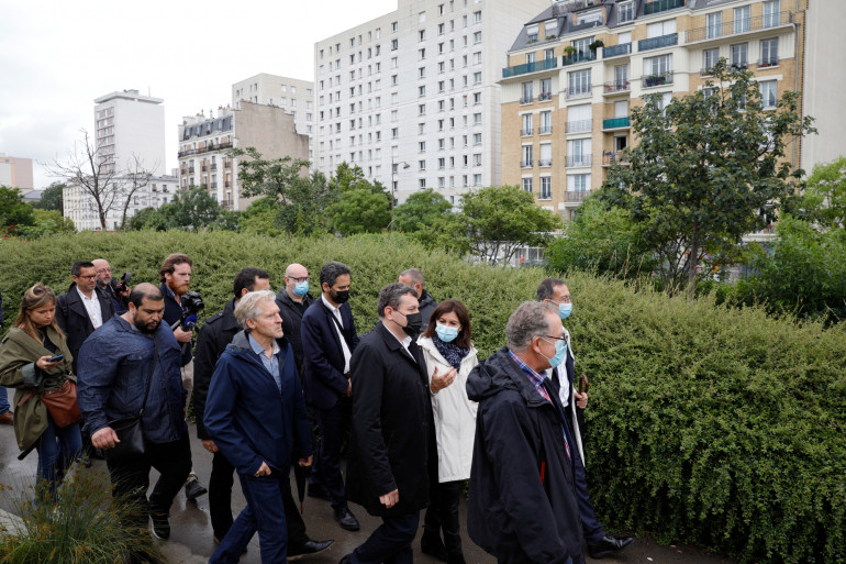 Photo de la maire de Paris, Anne Hidalgo qui s'entretient avec son adjoint en charge de la sécurité, Nicolas Nordman, alors qu'ils visitent le Jardin d'Éole, dans le nord-est de Paris, le 30 juin 2021.