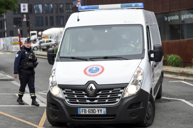 Le véhicule qui transporte Hubert Caouissin, le meurtrier présumé de la famille Troadec, arrive au palais de justice de Nantes, dans l'ouest de la France, le 23 juin 2021. (Illustration)