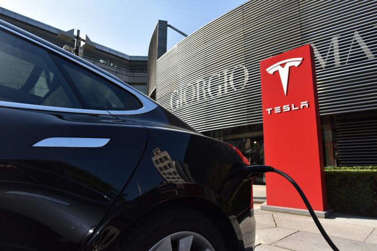 Une voiture électrique du constructeur automobile Tesla fait le plein