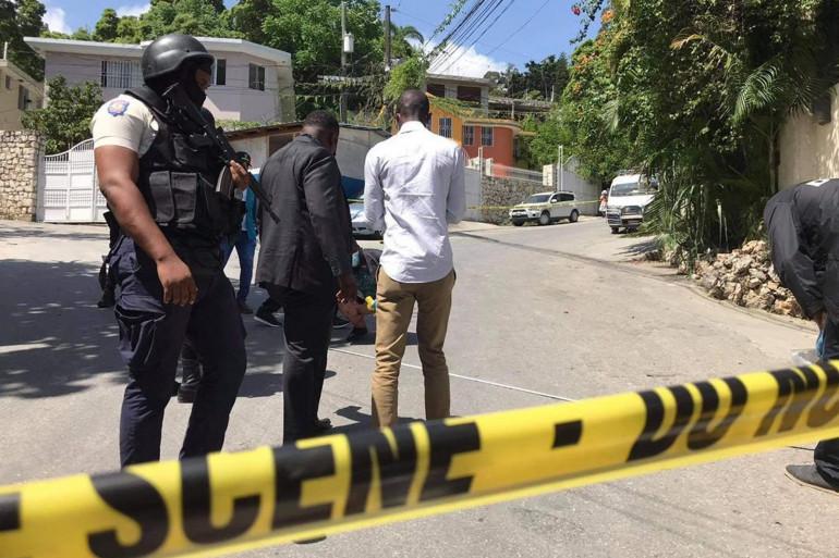 La police haïtienne devant le domicile du président assassiné, le 7 juillet 2021.