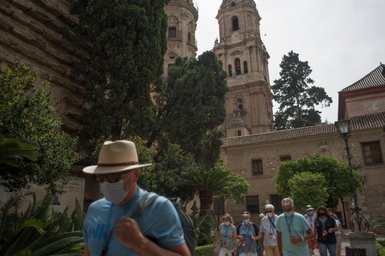Des touristes en pleine visite de Malaga en Espagne.
