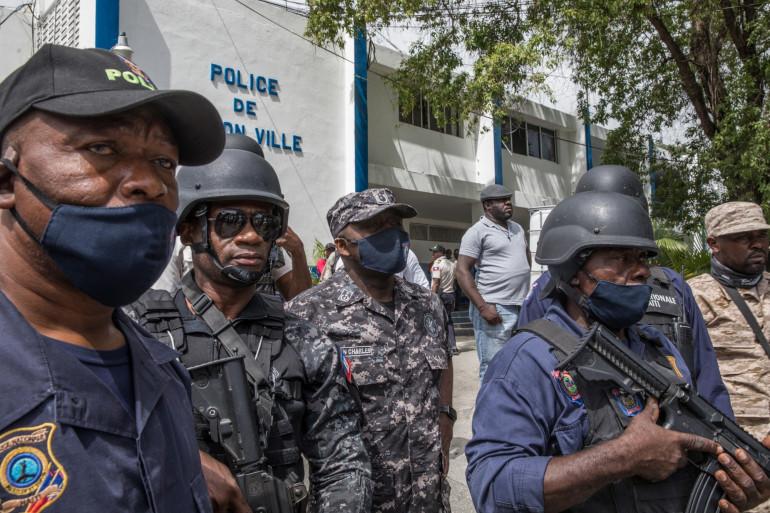 Léon Charles, directeur général de la police haïtienne, aux côtés de ses hommes