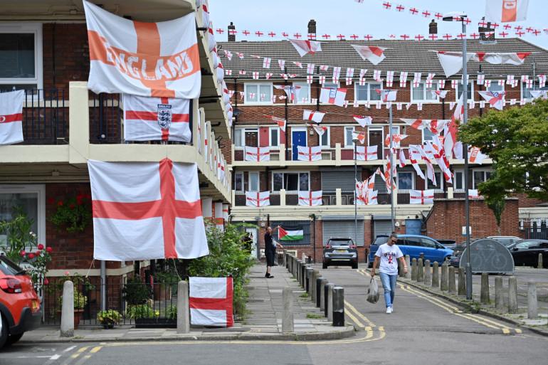 A Londres, les Anglais ont pavoisé tous leurs immeubles avec leur drapeau.