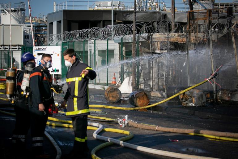 Des pompiers présents sur le site de Lubrizol pour éteindre l'incendie qui a ravagé une partie de l'usine.