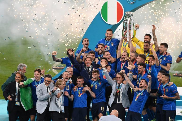 Les Italiens avec le trophée de l'Euro le 11 juillet 2021