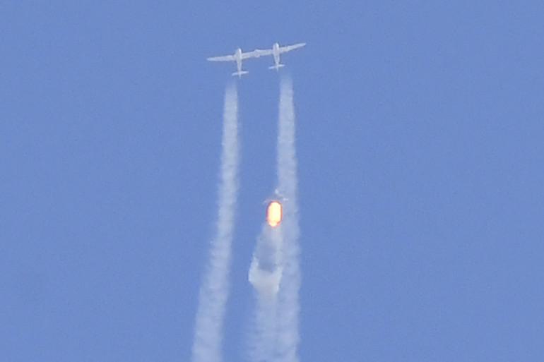 L'avion spatial Virgin Galactic SpaceShipTwo Unity et le vaisseau-mère se séparent alors qu'ils volent bien au-dessus de Spaceport America
