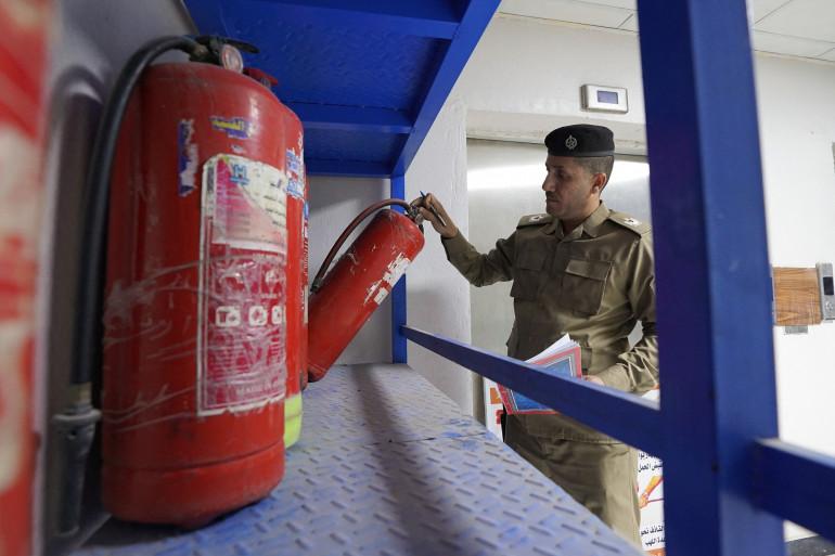 Un membre de la protection civile irakienne inspecte la sécurité d'un hôpital dans la ville de Najaf, à quelque 160 kilomètres au sud de la capitale irakienne, le 27 avril 2021. (Illustration)