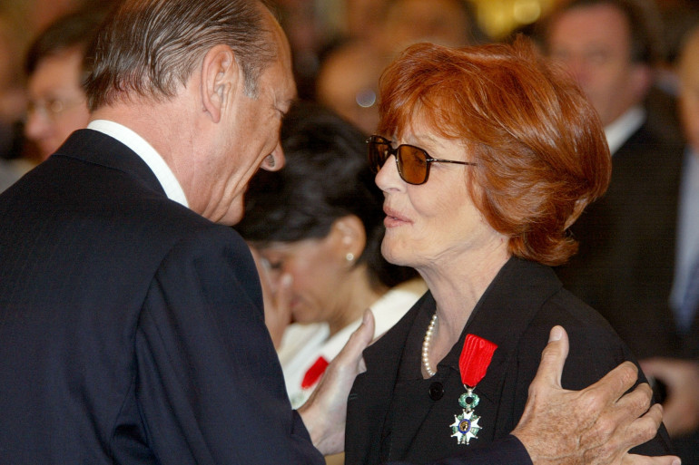 Photo du président Jacques Chirac remettant la médaille de la Légion d'Honneur à la réalisatrice Marion Sarraut, le 12 mai 2003, dans les salons de l'Elysée, à Paris. (Illustration)
