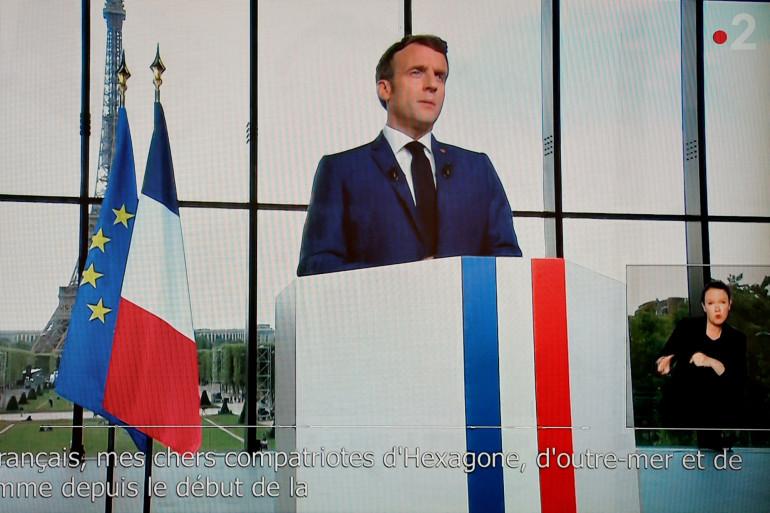 Emmanuel Macron lors de son allocution télévisée depuis le Grand Palais temporaire de Paris le 12 juillet 2021.