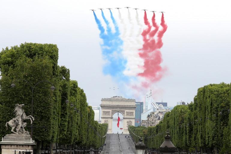 La Patrouille de France survole l'avenue des Champs-Élysée le 14 juillet 2020